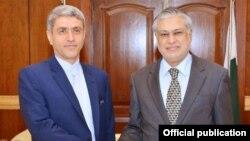 پاکستانی وزیر خزانہ اسحاق ڈار اور اُن کے ایرانی ہم منصب علی طیب