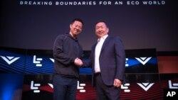 乐视执行长贾跃亭( 左)和Vizio执行长王蔚宣布20亿美元收购案。(Jeff Lewis/AP for LeEco)