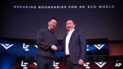 乐视 执行长 贾跃亭 (左)和 Vizio 执行长 王蔚 宣布20亿美元 收购案。(资料照片)