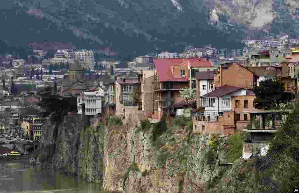 Pemandangan bangunan di kota tua Tbilisi, Georgia, di sepanjang sungai Kura.