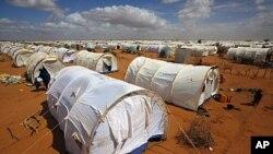 តង់ស្នាក់នៅក្នុងជំរំរបស់អង្គការ UNHCR's Ifo Extension នៅខាងក្រៅទីក្រុង Dadaab,ខាងកើតប្រទេសកេនយ៉ាដែលមានចម្ងាយមួយរយគីឡូម៉ែត្រពីព្រំដែនប្រទេសសូម៉ាលី ថ្ងៃសុក្រ ទី៥ ខែសីហា ឆ្នាំ២០១១។