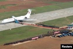 북한 노동당 기관지 `노동신문'은 10일자 1면에 김정은 국방위원회 제1위원장의 전용기를 처음 공개했다. 한국 관계 당국에 따르면 이 비행기는 러시아에서 제작된 일류신IL-62로, 고려항공 여객기 가운데 제작연도가 가장 오래된 기종이다.