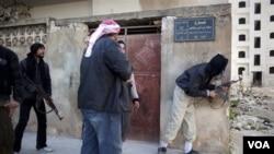 Para tentara pemberontak Suriah berlindung dalam pertempuran dengan pasukan pemerintah di Idlib, Suriah utara (10/3).