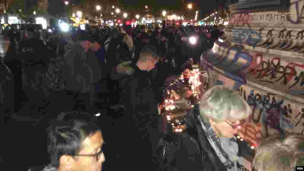 میدان رپوبلیک پاریس به محل روشن کردن شمع تبدیل شده