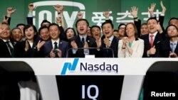 愛奇藝CEO龔宇等人在紐約華爾街為愛奇藝在納斯達克上市鼓掌。(2018年3月29日)
