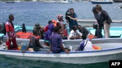 Un ministre tente de dissuader des clandestins comoriens à bord d'un kwassa-kwassa à traverser pour Mayotte, à Dzaoudzi, le 05 mars 2005.