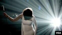 Durante su carrera la cantante ganó seis Grammy, 30 Billboard, 22 premios Americanos de la Música y dos premios Emmy.