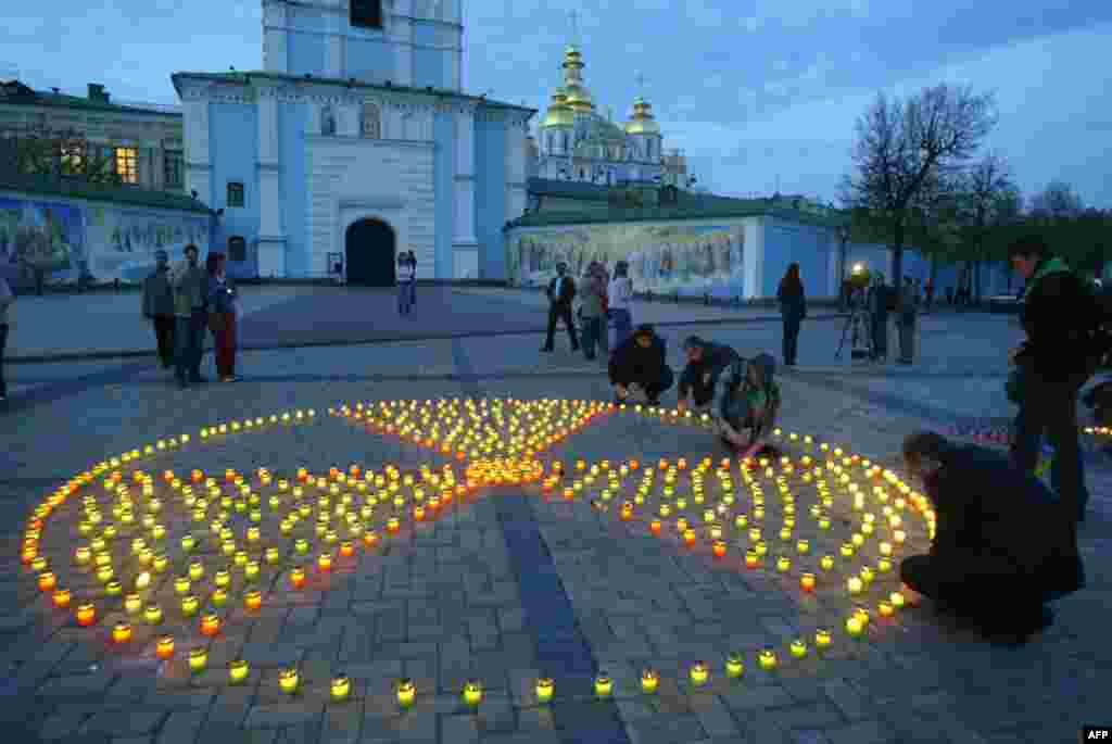 Свечи в честь жертв трагедии в Чернобыле. 26 апреля 2007 года
