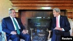 Menlu AS John Kerry (kanan) dan Menlu Yordania Nasser Judeh di rumah kediaman Duta Besar AS di Roma (9/5).