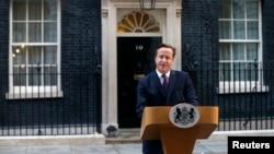 Britanski premijer Dejvid Kameron ispred rezidencije u Londonu (arhiva)