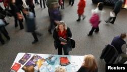 Una desempleada busca trabajo en una feria de empleos de salud en Denver, Colorado. La economía sigue sin crear suficientes nuevos empleos.