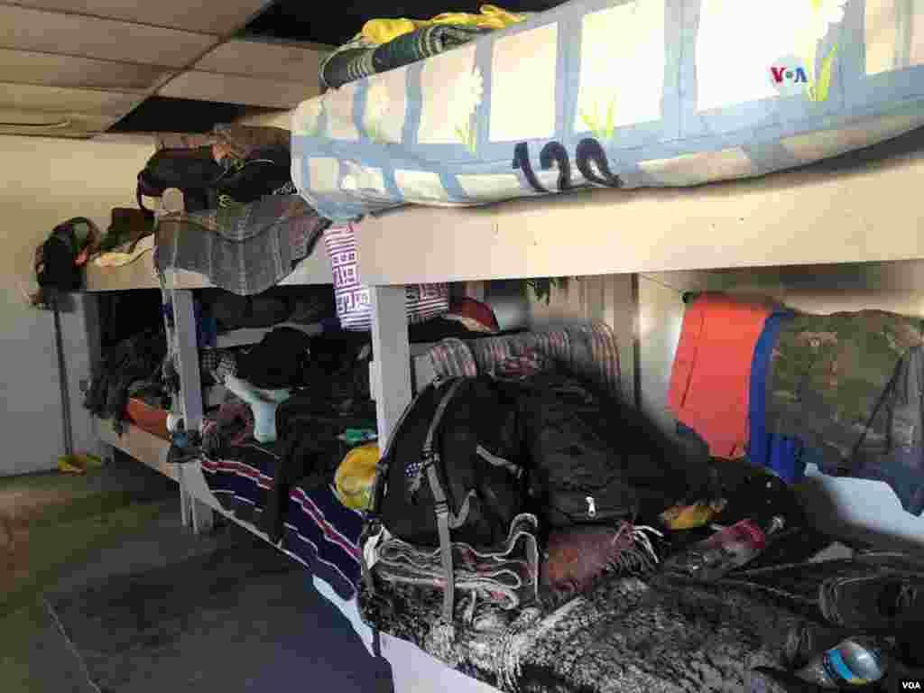 """Camarotes han sido puestos en esta habitación del albergue """"El Buen Pastor"""" en Ciudad Juárez para proveer un lugar seguro para estos migrantes, algunos de ellos llevan más de dos meses viviendo en este sitio.Photo: Celia Mendoza - VOA."""