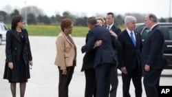 Walikota Flint, Dr. Karen Weaver (paling kiri), menyambut kunjungan Presiden Obama ke Flint (Foto: AP Photo/Carolyn Kaster)