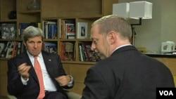 El secretario de Estado de EE.UU., John Kerry (izq.), en entrevista con Scott Steams, de la VOA.