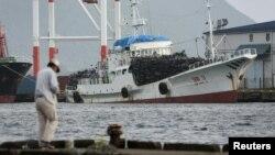 지난 2006년 10월 일본의 교토 서부 마이즈루 항에 정박해 있는 북한 선박. 이후 일본은 북한의 탄도 미사일 발사에 대응해 북한과의 수출입을 전면 중단하는 제재 조치를 취했다. (자료사진)