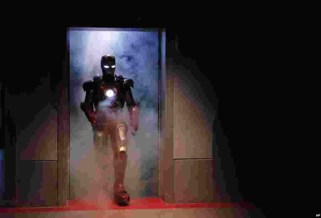អ្នកសម្តែងម្នាក់ស្លៀកពាក់ជាវីរបុរសតុក្កតា Iron Man នៅកន្លែងកម្សាន្ត «Iron Man Experience» នៅរមណីយដ្ឋាន Disneyland កោះហុងកុង។