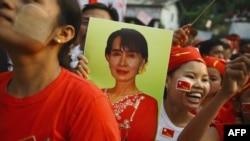 Pristalice liderke burmanske borbe za demokratiju, Aung San Su Ći, kažu da je ona na današnjim izborima osvojila mesto u Donjem domu burmanskog parlamenta.