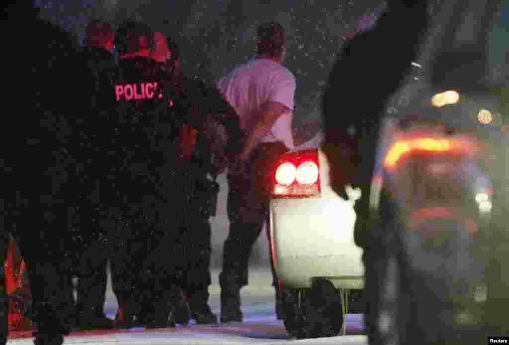 پولیس حکام کا کہنا ہے کہ فائرنگ کرنے والے شخص کو گرفتار کر لیا گیا ہے۔