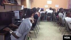 Khoảng 52 nhân viên làm việc mỗi ca tại trung tâm kêu cứu khẩn cấp 117, ở Freetown, Sierra Leone, 30/10/14
