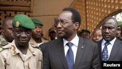 Rais wa muda wa Mali Diouncounda Traore (katikati) akizungumza na kiongozi wa baraza la kijeshi Amadou Haya Sanogo (Kushoto) kwenye kambi ya jeshi.