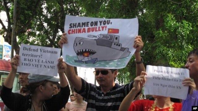 Người biểu tình tại Hà Nội cầm biểu ngữ lên án hành động xâm phạm chủ quyền của Trung Quốc ở Biển Đông, ngày 2/6/2013.