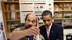 奥巴马在去年的展览会前和大学教授一起参观一个实验室