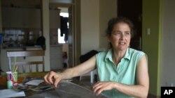 La activista estadounidense Lori Berenson organiza fotos de la familia en su casa en Lima, Perú, el 27 de noviembre de 2015, antes de viajar a Nueva York.