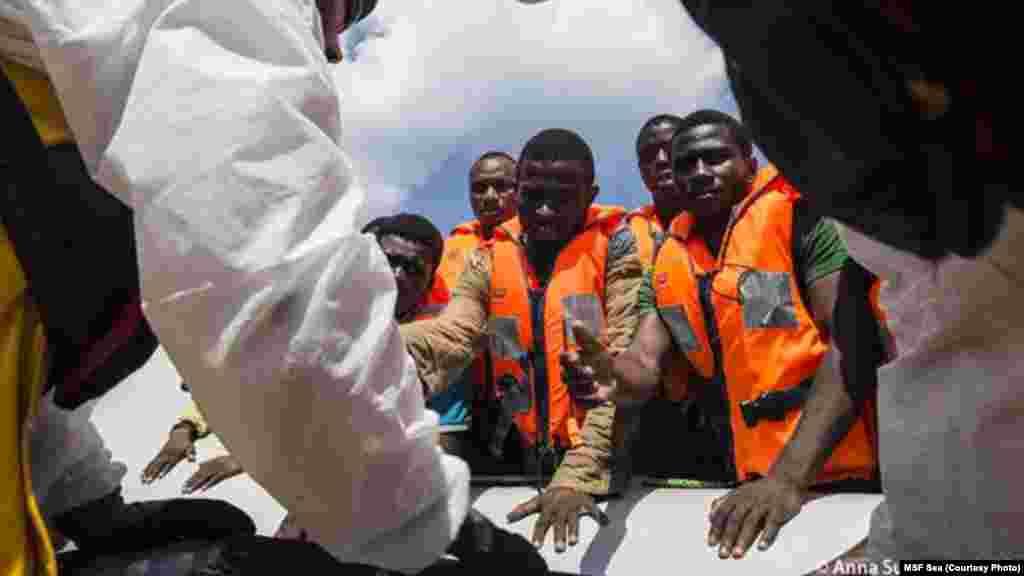 Les 128 personnes secourues lundi 31 août 2015 sont transférées dans un autre bateau.