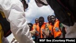 128 personnes ont été secourues d'un bateau par Médecins sans Frontières le 28 octobre 2015.