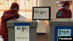 Venerable Gedun Kesang la at 100 years old, exercising his right voted for Sikyong and Chitues.(Photo: Tibetan American Foundation of Minnesota)