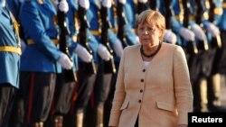 Анґела Меркель обходить почесну варту під час візиту до Сербії у Белграді 13 вересня 2021 р.