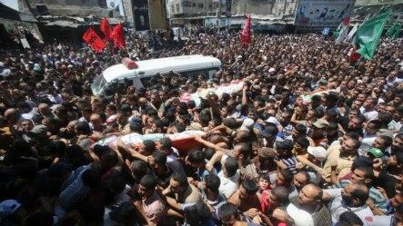 ជនជាតិប៉ាឡេស្ទីនដង្ហែរសាកសពមេដឹកនាំយោធា Hamas ជាន់ខ្ពស់បីរូបដែលបានស្លាប់ក្នុងវាយប្រហារតាមអាកាសនៅភាគខាងត្បូងតំបន់Gaza កាលពីថ្ងៃទី២១ខែសីហាឆ្នាំ២០១៤។