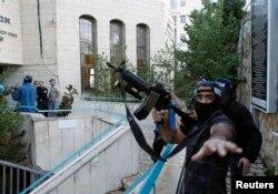 Израелски полицаец во близина на местото на нападот