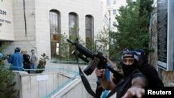 Polícia israelita à porta da Sinagoga que foi atacada esta manhã. Nov. 18, 2014.