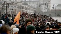 Moskvada nümayişçilər parlament seçkilərinə etiraz olaraq yürüş keçirir, Moskva, 10 dekabr, 2011.