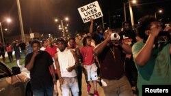 Manifestantes protestan en Milwaukee, Wisconsin la muerte de un joven negro a manos de la policía.