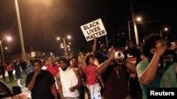 Des protestants marchent après qu'un homme noir s'est fait tuer par un policier, à Milwaukee, Wisconsin, le 14 août 2016.