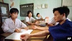 Bác sĩ tại một trung tâm cai nghiện ma túy kiểm tra sức khỏe cho một học viên