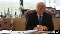ترامپ در دفتر محل کار خود در برج ترامپ - نیویورک