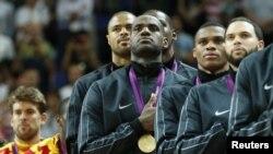Ngôi sao bóng rổ Mỹ LeBron James và các đồng đội nghe bài quốc ca trong buổi lễ chiến thắng tại sân vận động North Greenwich, ngày 12/8/2012