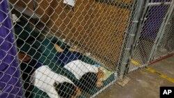 Trẻ em bị giam ở Trại Nogales.