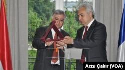 Fatih Birol (sağda) Irak Büyükelçisi Farid Yasin'den ödülünü alırken