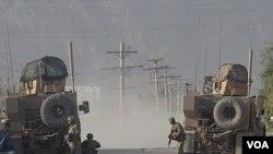 Prajurit AS dalam baku tembak dekat pangkalan Amerika di Kandahar, Kamis (27/10)..