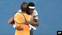 فرانسس ٹیافو میچ کے بعد نڈال کو مبارک دے رہے ہیں