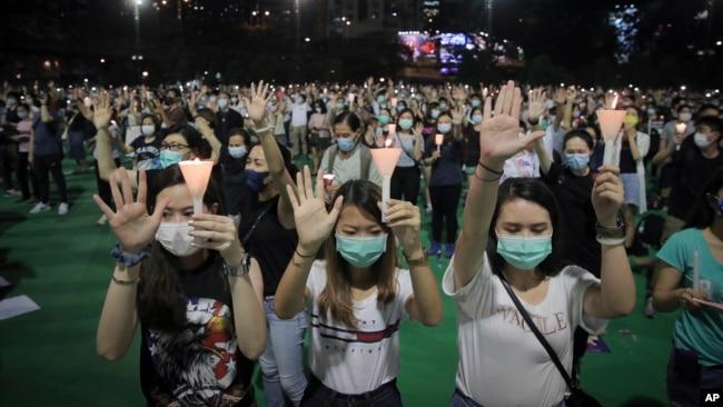 为纪念六四事件31周年香港民众在维多利亚公园参加烛光纪念活动。(2020年6月4日)