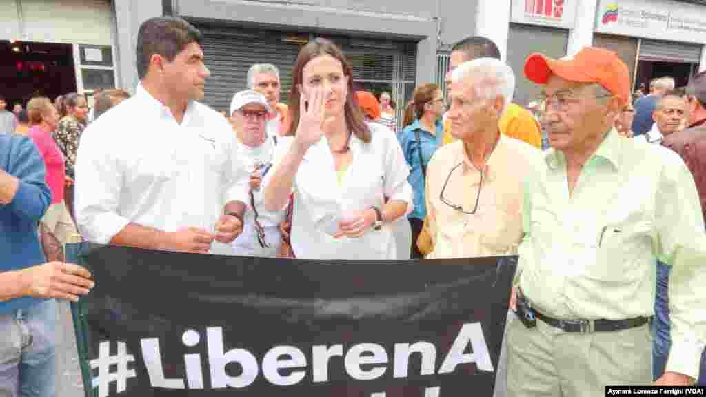 La diputada depuesta María Corina Machado acudió este martes al Palacio de Justicia para brindar su apoyo a López, preso desde febrero en una cárcel militar.