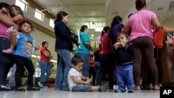 進入美國的非法移民在德克薩斯州海關等候安排送往邊境保護設施。
