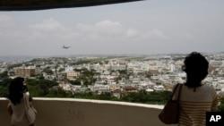 游客俯瞰日本冲绳美国海军陆战队普天间航空基地。(资料照片)