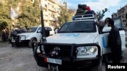 Nhân viên Hội Trăng lưỡi liềm đỏ Syria và Liên Hiệp Quốc giúp di tản thường dân Syria từ một khu vực bị bao vây trong thành phố Homs, ngày 10/2/2014.