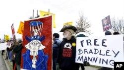 曼寧支持者在華盛頓市附近的陸軍基地大門外。